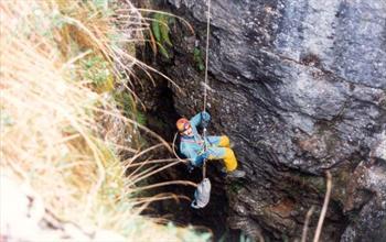 Uno speleologo in azione