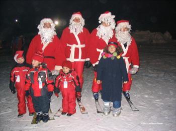 I Babbi Natale con i bambini durante la fiaccolata