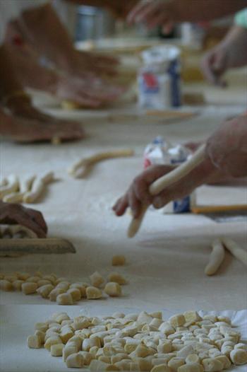 Preparazione degli gnocchi alla Festa della Patata