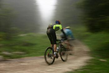 In mountain bike nei boschi dell'Altopiano